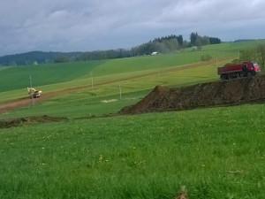 Mezi Libkovou Vodou a Ústrašínem se pilně pracuje na výstavbě obchvatu. Řidiči by se po něm měli poprvé projet v roce 2017.