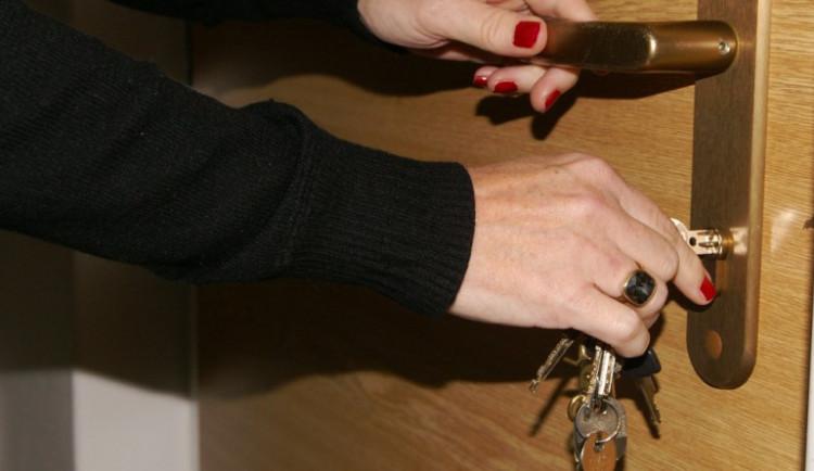 Třetina lidí se na noc nezamyká.  Mužům dělá zamykání větší problémy než ženám