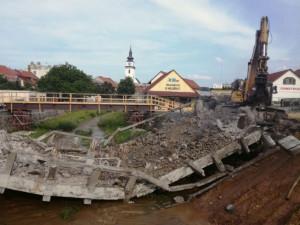 Starý most přes řeku Balinku ve Velkém Meziříčí se při bourání sesunul