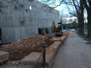 FOTOGALERIE: Zeď u autobusáku je kompletně zbourána. Porovnejte stejné místo před a po demolici