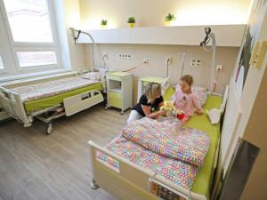 Dětští pacienti v jihlavské nemocnici mají opravený další pokoj. Je s motivy zvířat