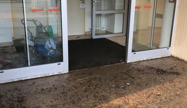 Bouřka na Vysočině: Voda se dostala do novoměstské nemocnice. Ambulance se musely uzavřít