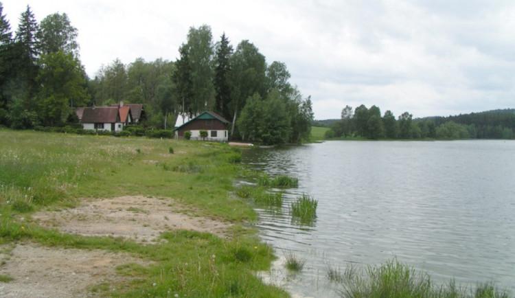 KOUPÁNÍ NA VYSOČINĚ: Zhoršenou vodu má rybník Kachlička. Obsahuje sinice a chlorofyl