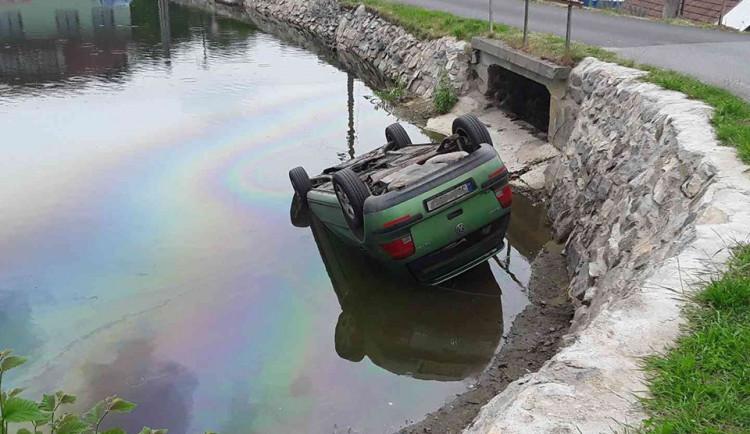 V Panské Lhotě sjelo auto do rybníku, nehoda se obešla bez zranění