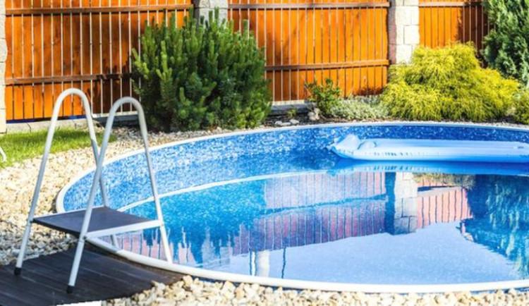Zloději se hodily nerezové schůdky od bazénu a vodní vysavač. Pachatele i věci hledá policie