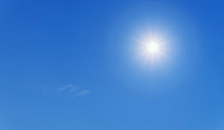 POČASÍ NA PONDĚLÍ: Letní teploty jsou zpět. Rtuť teploměru bude atakovat třicítku