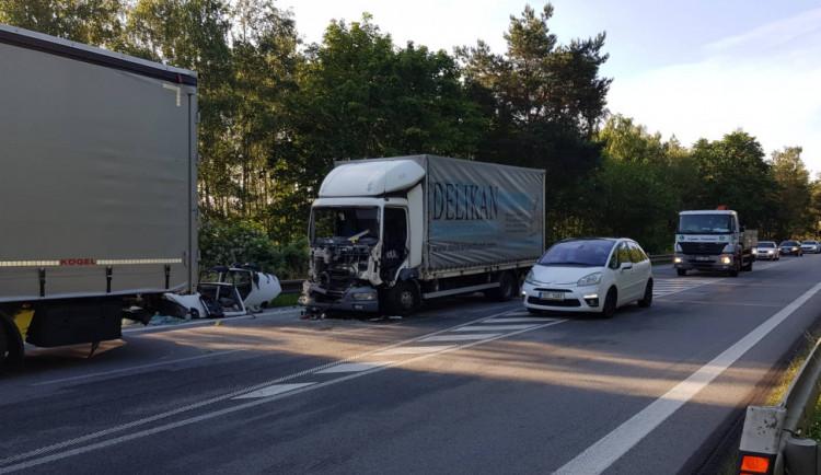 FOTO: U Stříteže bourala dvě nákladní auta. Na silnici I/38 se od rána tvoří dlouhé kolony