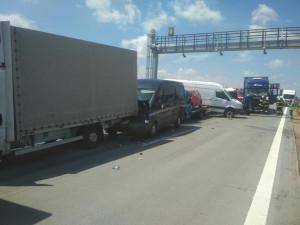 Dálnici na Brno zastavila nehoda tří kamionů a pěti dodávek. Přistávat musel i vrtulník