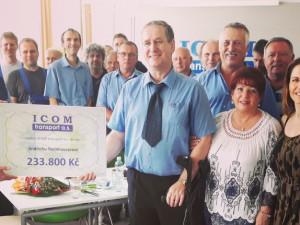 ICOM transport předal zraněnému řidiči Jindřichu Steinhauserovi šek na více než 233 tisíc korun