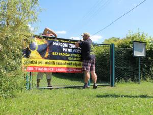 U silnic v okolí Čeřínku nově potkáte protestní plachty proti úložišti. Vyvěšují je obce i jednotlivci