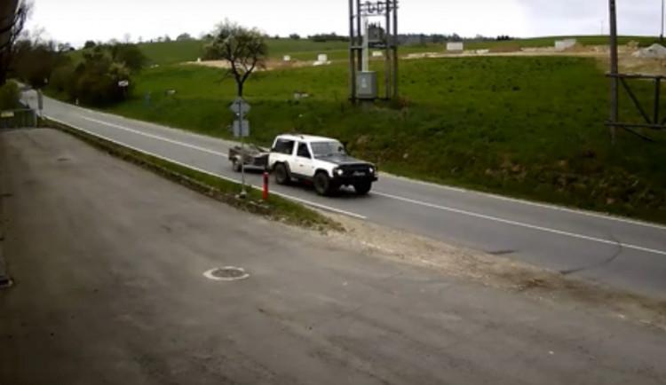 VIDEO: Zloděj v Batelově vykradl dvě garáže. Neznáte majitele auta na záznamu?