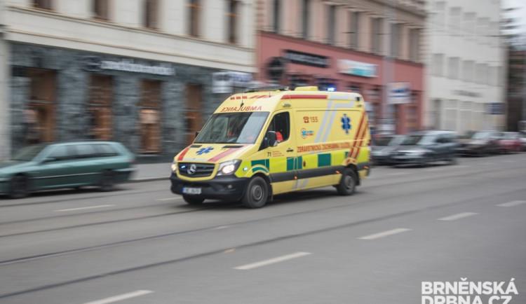 Řidič Octavie na přechodu v Jihlavě srazil chodkyni. Tu převezli do jihlavské nemocnice