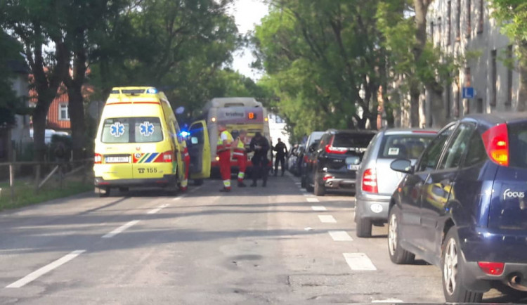 Řidič autobusu v Jihlavě srazil opilého chodce, který přecházel na nepřehledném místě