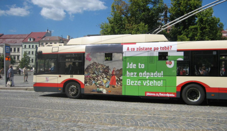 Jihlava bez odpadu: Na novou kampaň ve městě upozorňují hned čtyři trolejbusy