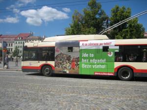 Jihlava bez obalu: Na novou kampaň ve městě upozorňují hned čtyři trolejbusy