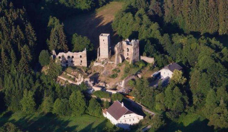 Archeologové chtějí otestovat střely nalezené na zřícenině hradu Rokštejn