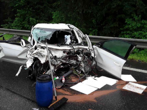 Při vážné dopravní nehodě čtyř vozidel se zranili čtyři lidé. Do vody unikla nafta