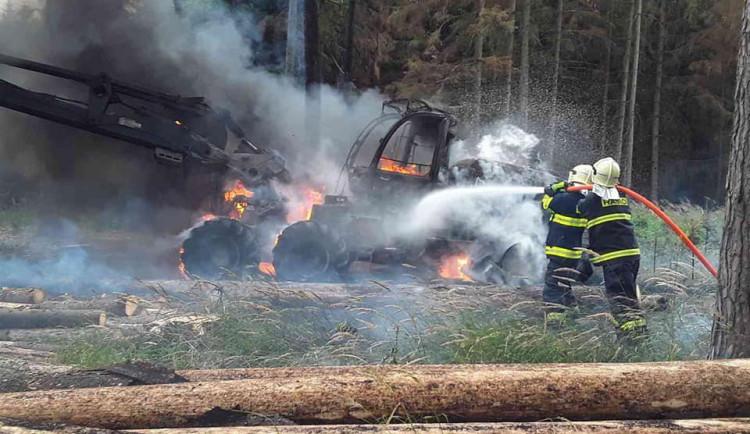 Na Třebíčsku shořel v lese těžební stroj, škoda je 15 milionů korun