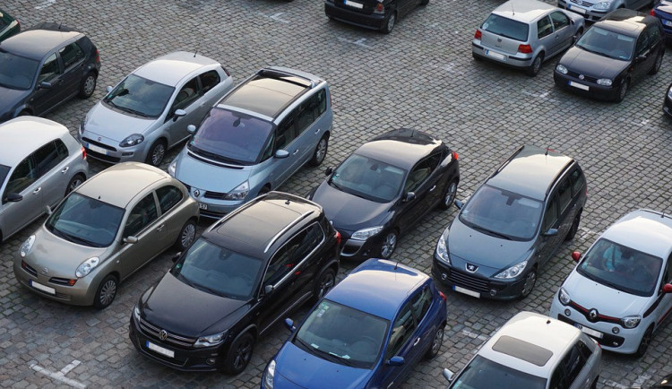 Třebíč chce zavést nový systém parkování ve městě. Například zjednosměrněním ulic