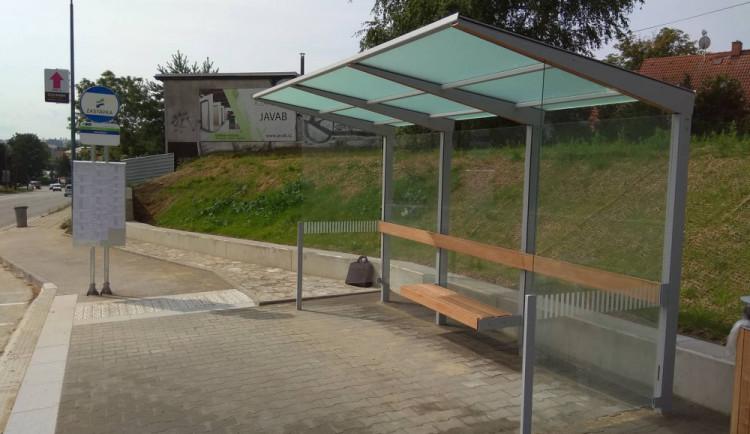 FOTO: Hotovo! Nové zastávky na Hradební ulici mohou najednou obsloužit až dva autobusy