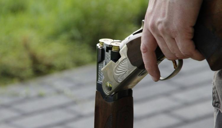Opilý muž šel z hospody a dvakrát vystřelil z brokovnice. Hrozí mu dva roky ve vězení