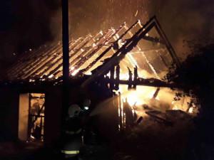 Noční požár rodinného domu na Jihlavsku zaměstnal šest jednotek. Dva lidé se zranili