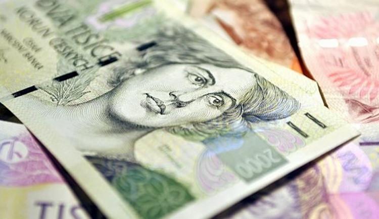 Poctiví lidé ještě nevymřeli. Žena našla peněženku s hotovostí a donesla ji na policii