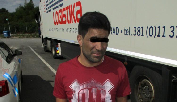 Na rezervě návěsu po D1 cestoval cizinec bez dokladů. Ukázalo se, že je z Afghánistánu