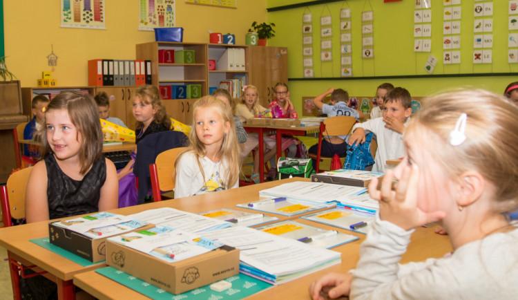 Škola je za dveřmi, do lavic usedne 5 tisíc prvňáčků. Mohou se těšit na dárky a stavebnici
