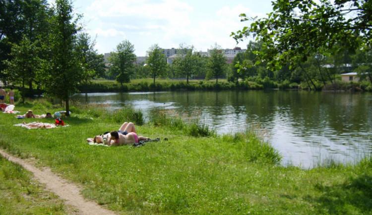 Pod hladinou rybníka Cihlář utonul muž. Šlo o pohřešovaného seniora, který se šel před bouřkou vykoupat