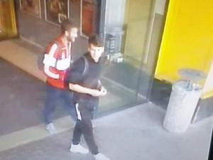 PÁTRÁNÍ: V jihlavském obchodním domě se ztratila peněženka. Policie nyní hledá dva muže