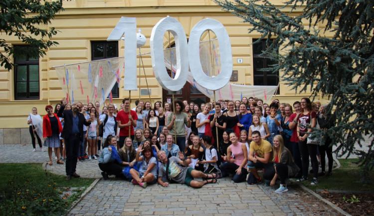 Jihlavské gymnázium za pár dní oslaví sto let. V plánu je setkání všech absolventů