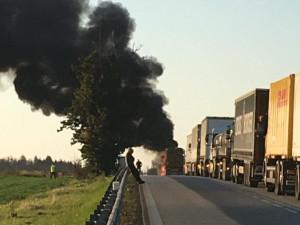 U Markvartic hoří kamion, hlavní tah mezi Jihlavou a Znojmem je uzavřen