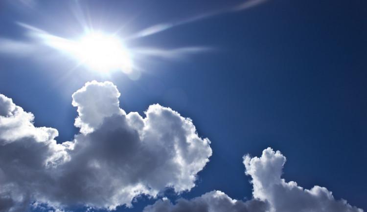 POČASÍ NA NEDĚLI: Čeká nás jasná až polojasná obloha. Teploměr ukáže třiadvacítku