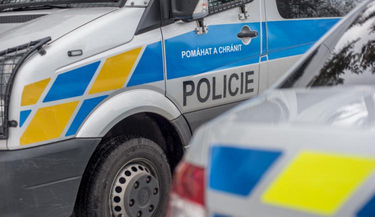 Zloděj se vloupal do stánku na Jiráskově ulici. Sebral kšiltovky a oblečení za deset tisíc korun