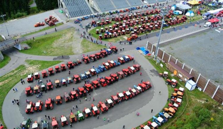 V Novém Městě padlo hned několik traktorových rekordů. Lidé si mohli zkusit i jízdu zručnosti