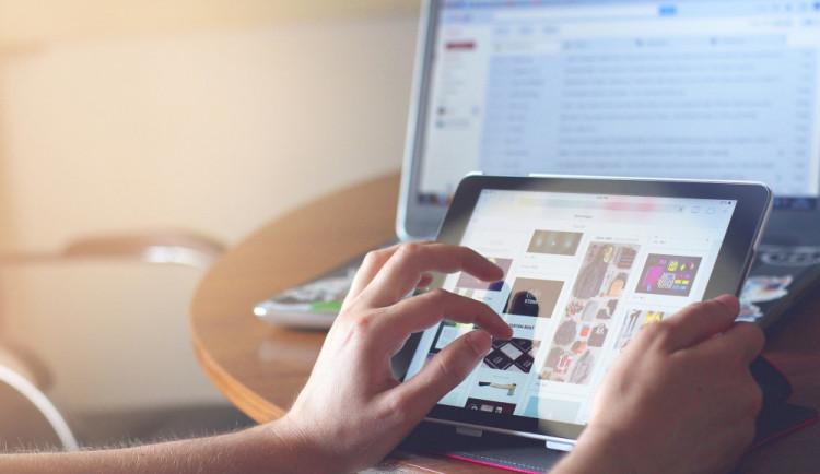 Podle studií je na internetu závislá polovina mladých