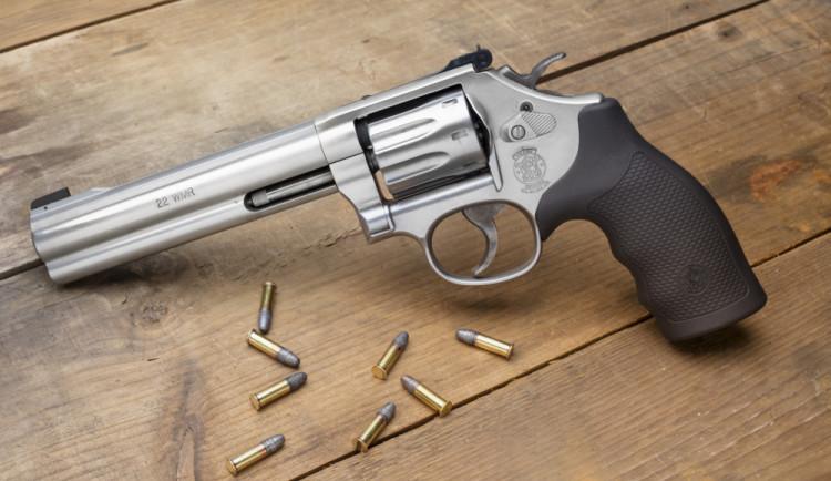 Muž se skoro čtyřmi promile manipuloval s revolverem, policie ho eskortovala na záchytku
