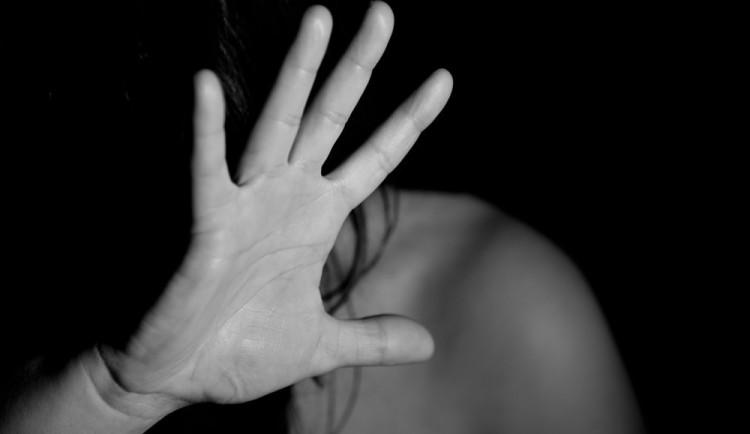 Opilec se třemi promile napadal svoji partnerku. Dal jí pěstí do hlavy