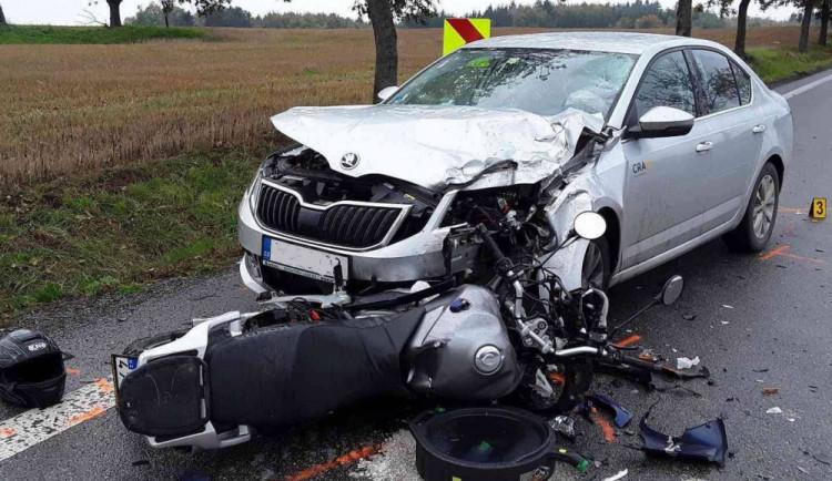Další úterní nehoda na Vysočině: U Radňovic se srazil osobák s motorkou, zasahoval vrtulník