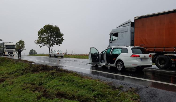 Navečer se bouralo i na silnici I/38 u Štoků. Dopravu na místě stále řídí policisté