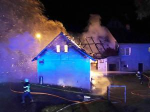 Hasiči bojovali s požárem stodoly. Před plameny uchránili rodinný dům