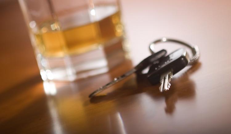 Devatenáctiletý muž vyjel bez řidičáku a byl opilý. S autem dostal smyk a narazil do stromu