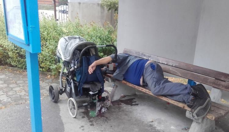Povaloval se po zemi, nadával, znečišťoval okolí. Opilý muž tropil ostudu v jihlavském obchodním domě