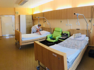 Pacienti jihlavské nemocnice se těší z nového pokoje. Nejvíc změn proběhlo v koupelně