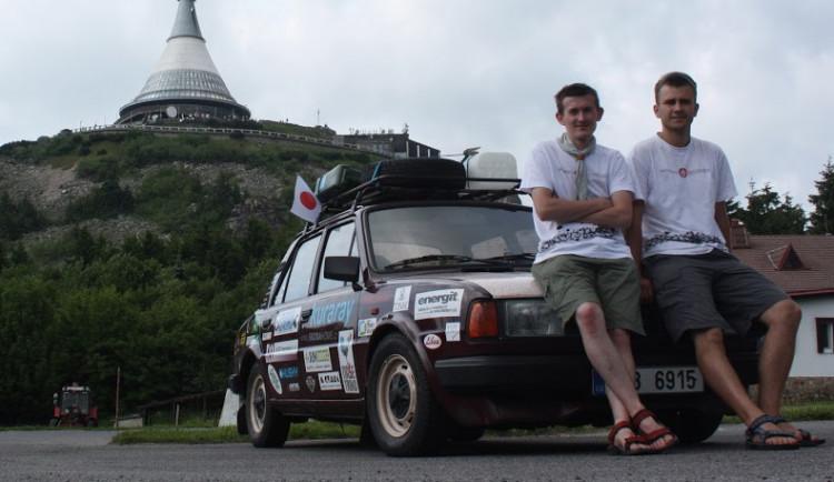Cestovatelé před opuštěním republiky pod vrcholem Ještědu, červen 2015