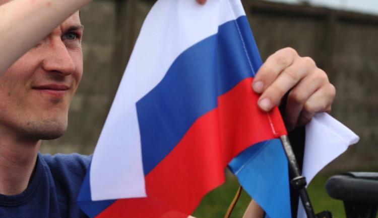Stejně jako na předchozích přechodech došlo i na estonsko- ruské hranici k pravidelné výměně vlaječek na zahrádce škodovky. Českou státní vlajku doplnila vlajka Ruské federace. Červen 2015