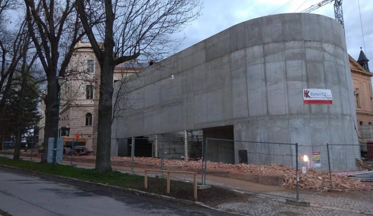 Bourání zdi u autobusového nádraží